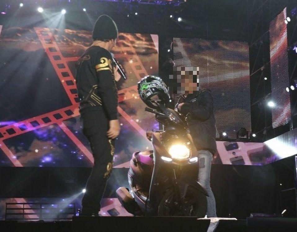 吳宗憲跨年開唱 男騎車衝上台…送辦