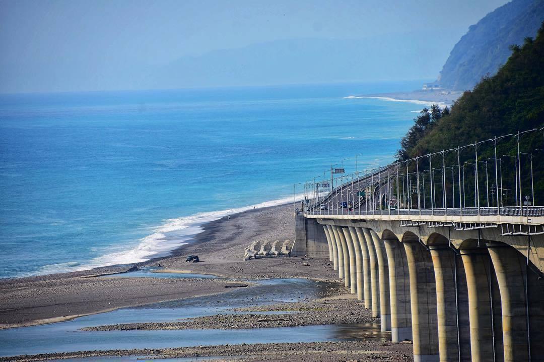 全台最美高架橋!開在海上的「金崙大橋」滿滿療癒感 等不及來場公路自駕遊