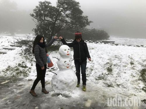 台湾遇寒流阳明山降雪 民众上山赏雪兴奋不已