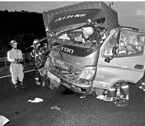 小伙开车玩手机酿车祸 同车母亲大喊慢慢慢成遗言