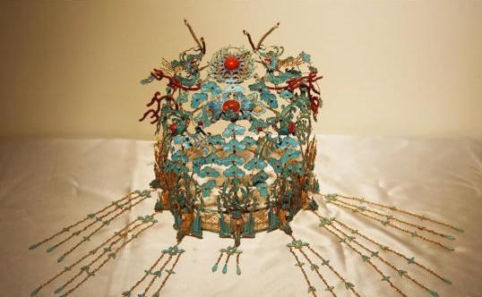 90后小伙是点翠世家传人 十几道工序做出价值30万凤冠