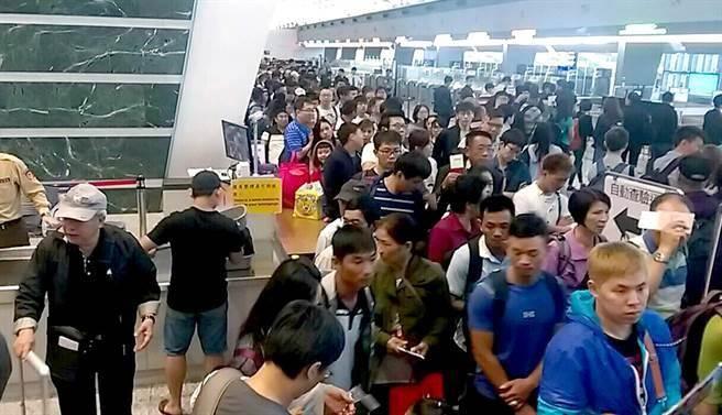 桃園機場通關電腦當機 8航班200名旅客一度卡關