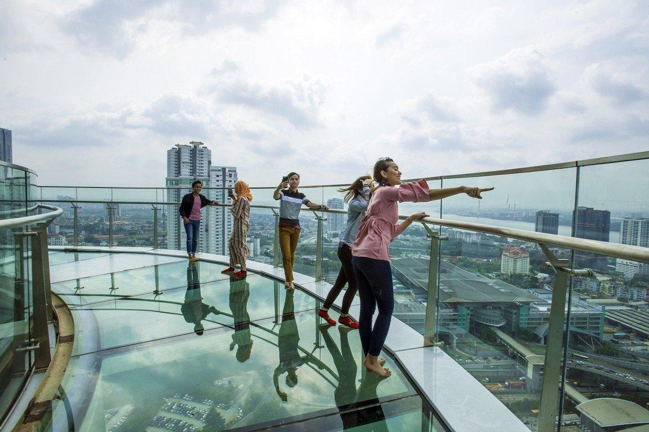 馬來西亞最新空中玻璃步道 從34樓高空俯瞰城市街景