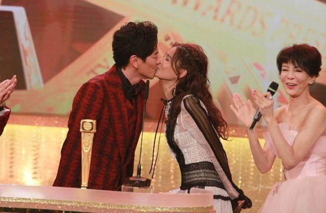 女星頒獎給演員男友 他脫口「多謝我太太」當眾宣布已婚