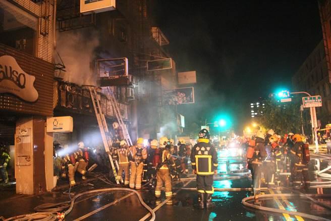東區暗夜惡火連燒五棟樓,警消救出16位居民,其中9人嗆傷送醫。