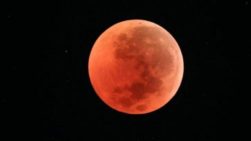 本世紀最長時間月全食 罕見血月掛半空