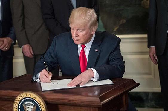 """特朗普签署行政命令 撤回""""骨肉分离""""移民政策"""