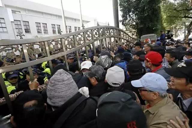 """台湾""""八百壮士""""突袭立法机构 一退役军官重伤"""