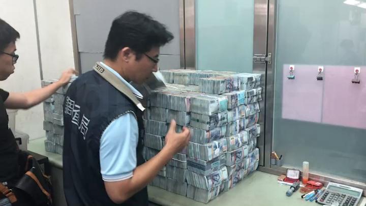 地下匯兌現場查扣2.4億元 調查員搬到手軟